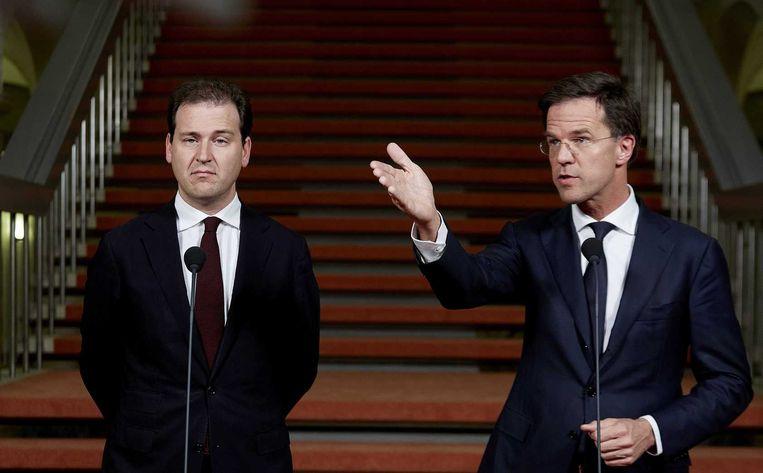 Vicepremier Lodewijk Asscher (L) en premier Mark Rutte gaven gisteravond een toelichting op het akkoord over de opvang van illegalen. Beeld anp