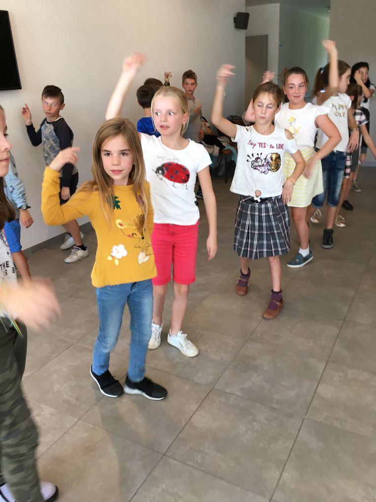 De leerlingen dansten voor de rusthuisbewoners.