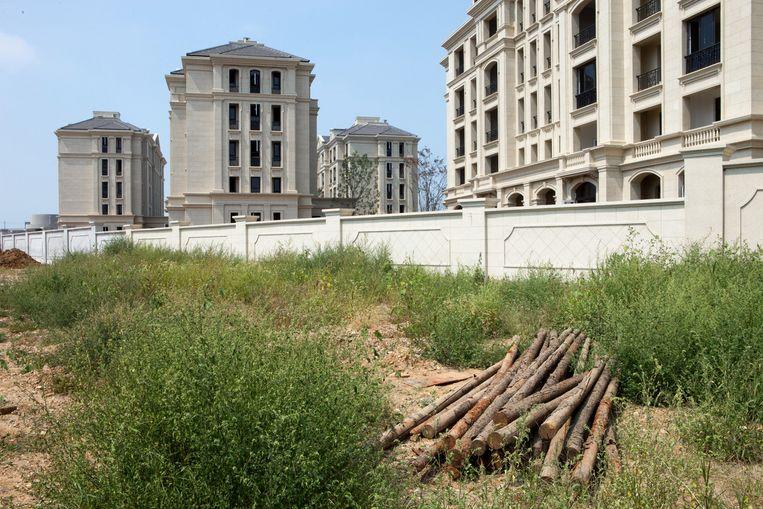 Lege nieuwbouwwijk in Dailin. De helft van de buitenwijken van de Chinese havenstad staat leeg. Beeld WassinkLundgren