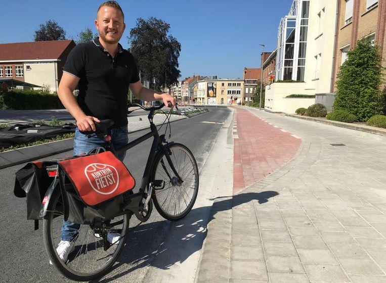 Schepen Axel Weydts (sp.a) bij het fietspad, dat plots op de smalle rijweg uitkomt.
