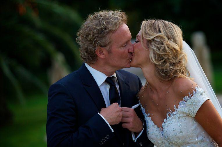 Wendy van Dijk en Erland Galjaard kussen elkaar in 2014 tijdens de huwelijksplechtigheid op het Spaanse eiland Ibiza.