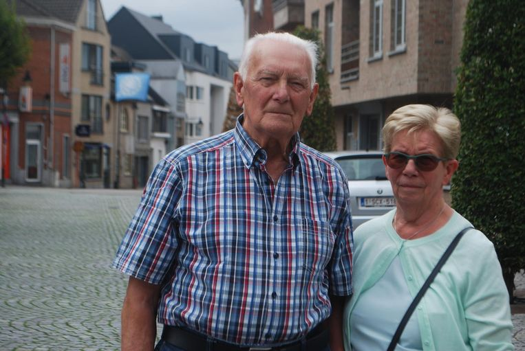 Christiane met echtgenoot Albert in de straat waar ze het slachtoffer werd van diefstal.
