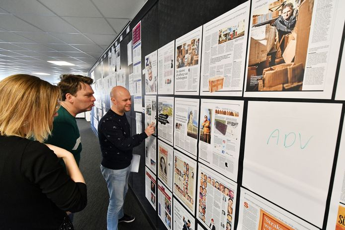 Nieuwchef Nicolai Lensen (r) in overleg met Jan van Mullem bij de 'krantenmuur' bij de Stentor. Zo is in één oogopslag te zien welke papieren pagina's de volgende ochtend bij de lezers thuisbezorgd worden.