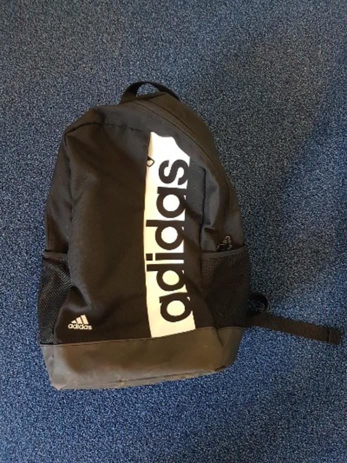 In een prullenbak bij de vijver werd een zwarte rugzak van het merk Adidas gevonden.