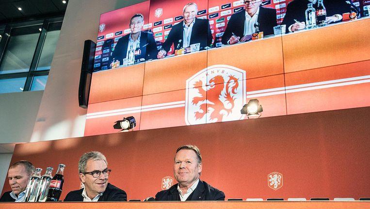Koeman bij zijn presentatie dinsdag in Zeist. Naast hem algemeen directeur van de KNVB Eric Gudde en Nico-Jan Hoogma, de directeur topvoetbal. Beeld Guus Dubbelman / de Volkskrant
