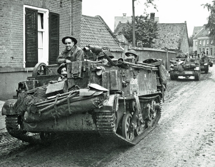 Britse carriers aan het Haageind in Deurne op weg naar Milheeze.