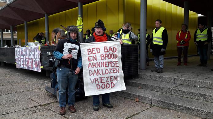 De Gele Hesjes Arnhem bij de Gele Kubus in Arnhem. Ron Baars uit Rheden komt op voor de kwetsbaren in de maatschappij; ditmaal de dak- en thuislozen.