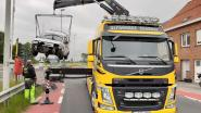 Auto met trailer crasht tegen Slijpebrug na aanrijding, bestuurder wandelt weg en blijkt illegaal