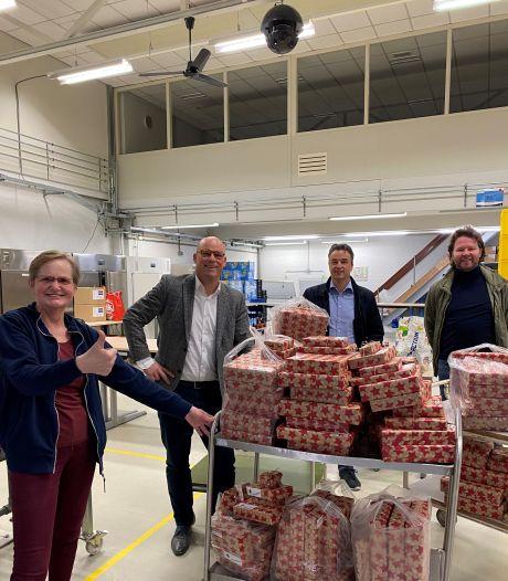 Lions Club Oss pakt 300 spelletjes en puzzels in voor Voedselbank