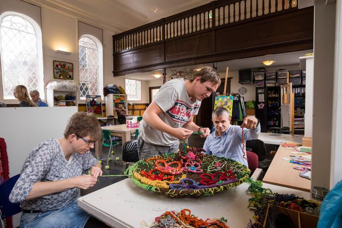 Cliënten van Estinea (vlnr  Nicole, Jelle & Jeroen) bezig met het maken van een 3D-kunstwerk voor expositie van komend weekeinde.