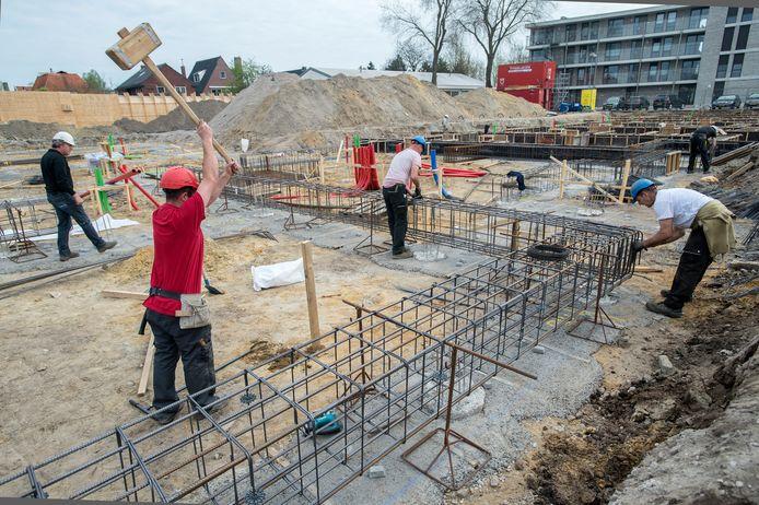In de bouw wordt gewoon doorgewerkt, met inachtneming van de 1,5 meter afstand. Zoals hier de mensen van ontwikkelaar Maas-Jacobs bij plan-Prinsenrijck in Prinsenbeek