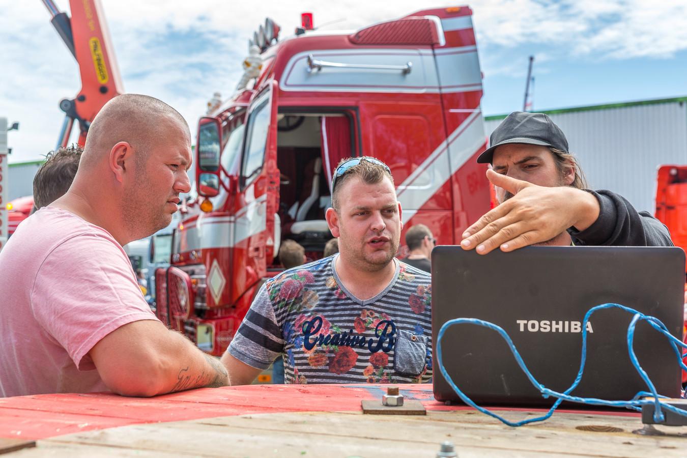 Organisator Wesley van Hengel, chauffeur Tijmen Lokers en audiotester Michael Jansen tijdens de decibellencontest op de vorige editie van Truckshow Krabbendijke.