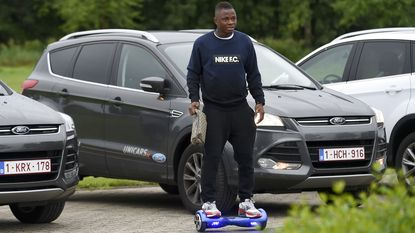 Gekker wordt het niet: Cyriac legt 100 m tussen parking en kleedkamer af op wieltjes