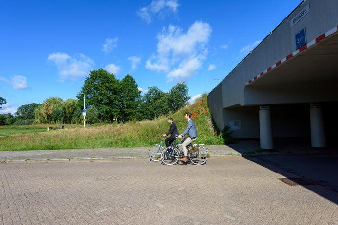 Wethouder Rik Thijs en Mikke Leenders bij het tunneltje onder de Boutenslaan in Eindhoven dat een groenere toegang moet worden naar Genneper Parken.
