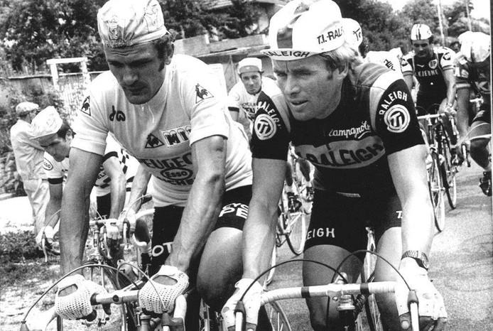 Bernard Thévenet (links) in het geel naast Hennie Kuiper, zijn grote rivaal uit de Tour van 1977. FOTO ARCHIEF BN DESTEM