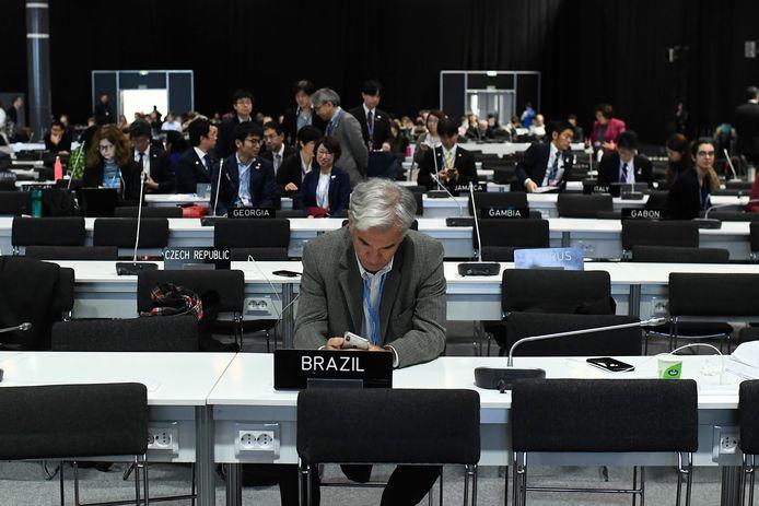 Afgevaardigden van de landen wachten op een uitkomst.