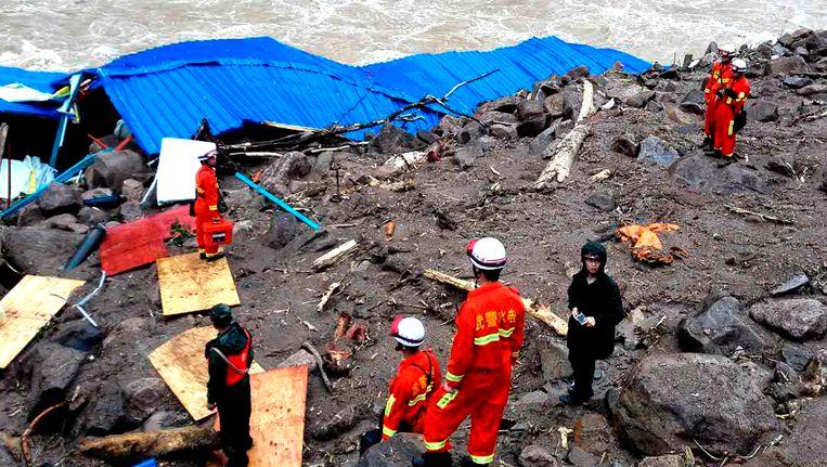 Reddingswerkers zoeken onder het puin naar overlevenden.