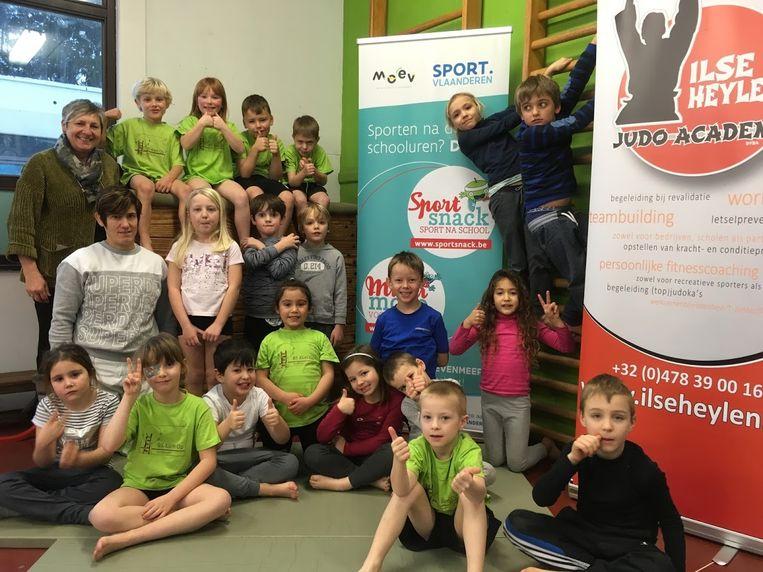 De leerlingen van Klim-Op in Zandbergen krijgen na de schooluren nog judoles van Ilse Heylen.