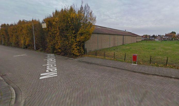 Het terrein waar het voormalig bouwbedrijf stond, gezien vanuit de Marehoekstraat.