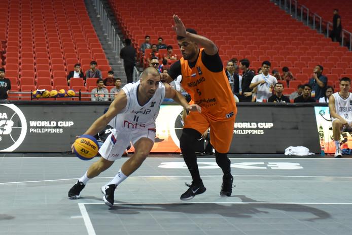 Dimeo van der Horst (rechts) namens Oranje in actie tegen Dusan Bulut van Servië.