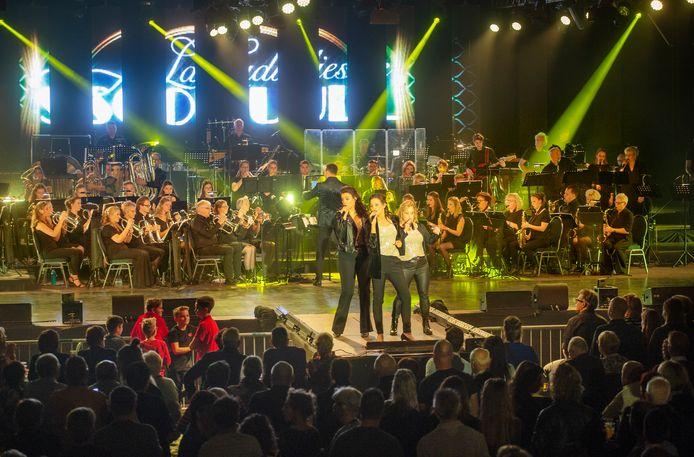 Night of the Music in sporthal De Overbeek te Nistelrode. Op de foto de Ladies of Soul Medley door Kyra Hserkens, Marit van den Ouweland en Mieke van der Pol.