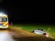 Auto in sloot bij De Lutte, bestuurster gewond naar ziekenhuis