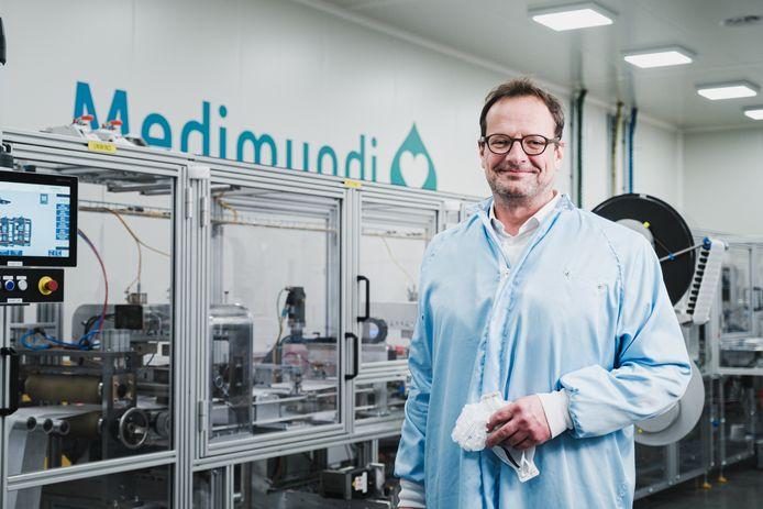 David Germis, CEO van Medimundi, toont met trots de machine die speciaal op maat werd gemaakt door Cloostermans.