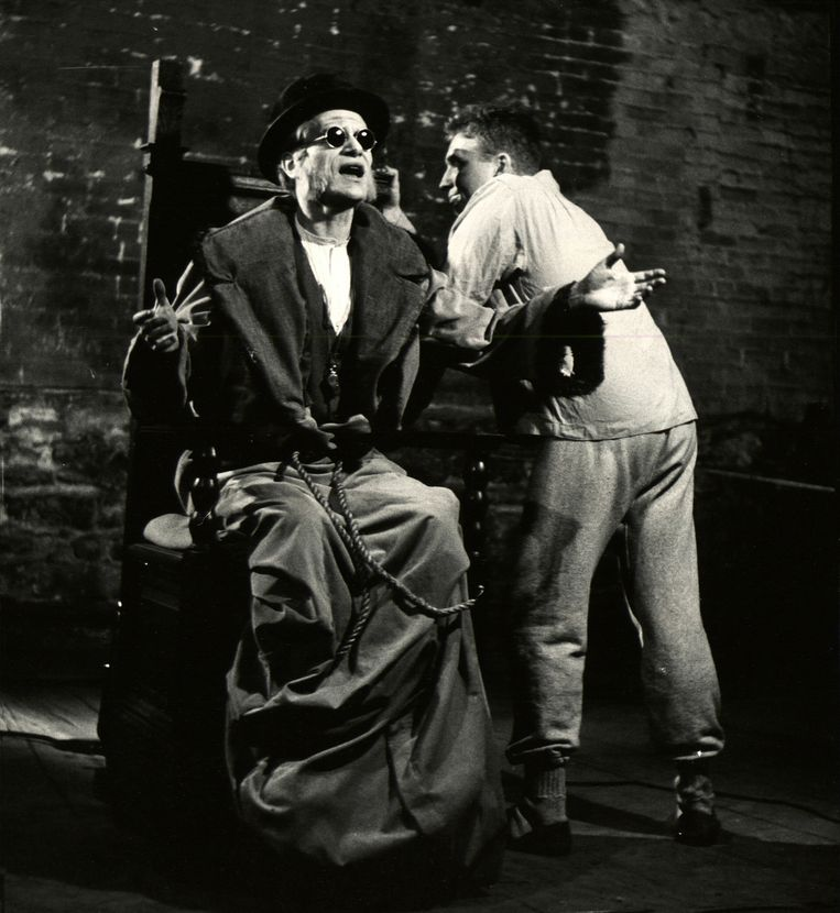 Alvin Epstein en Lester Rawlins in een scène van 'Endgame'. Beeld Gjon Mili/The LIFE Picture Collection via Getty Images
