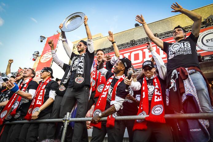 De spelers van PSV worden gehuldigd op het bordes van het stadhuis na het behalen van de landstitel in de eredivisie.