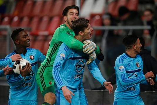 Michiel Kramer wordt besprongen door Brad Jones na zijn late gelijkmaker tegen FC Utrecht afgelopen seizoen.