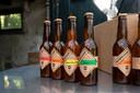 Vier soorten van het lokale bier staan tussen de gevestigde merken in de supermarkt.