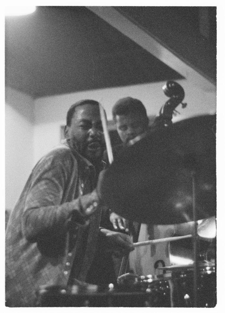 Moholo achter het drumstel in 1972. Beeld null