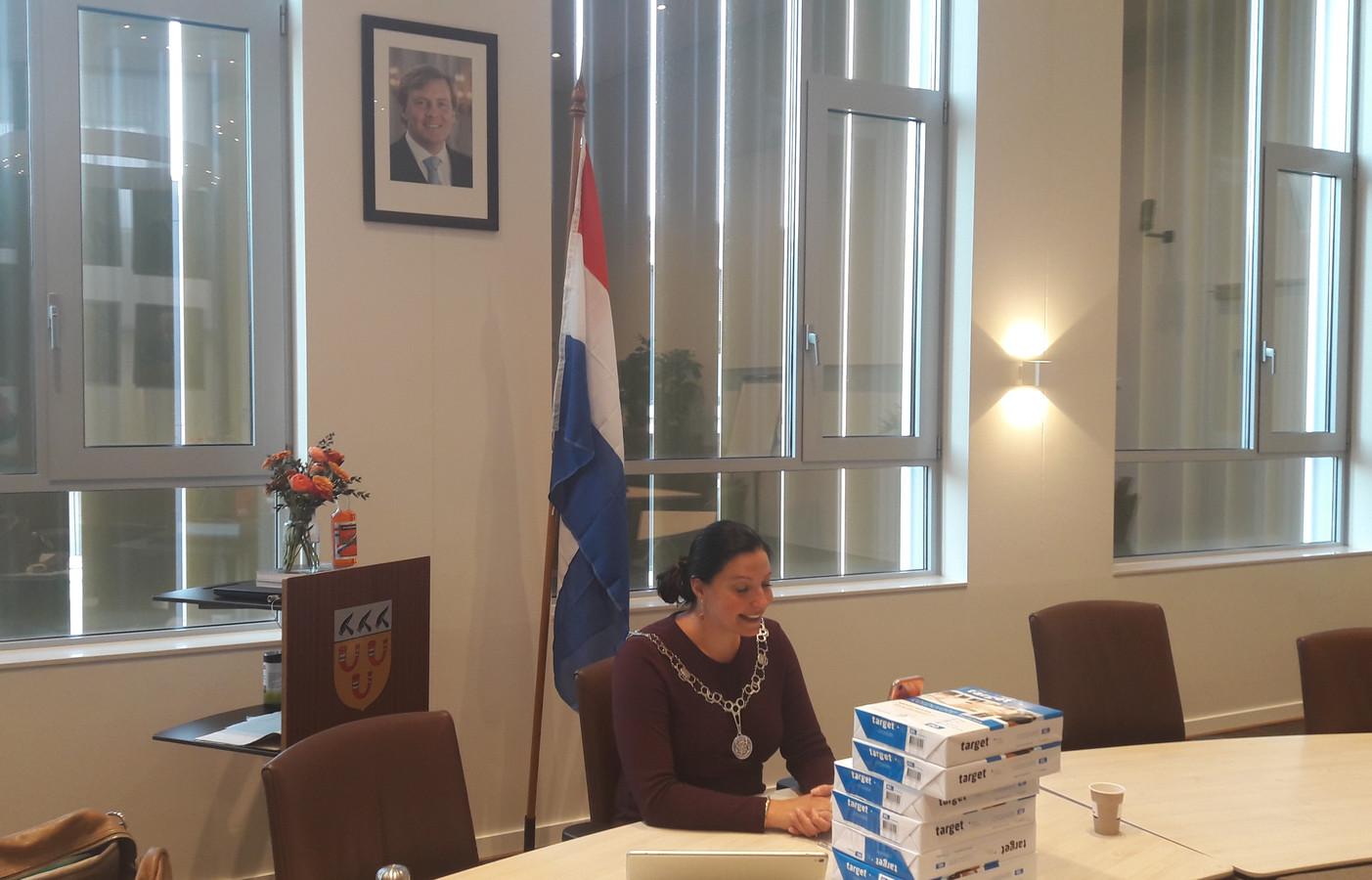 Burgemeester Hanne van Aart belt vanuit de raadzaal de zes inwoners met het heuglijke nieuws dat aan hen een koninklijke onderscheiding is toegekend.
