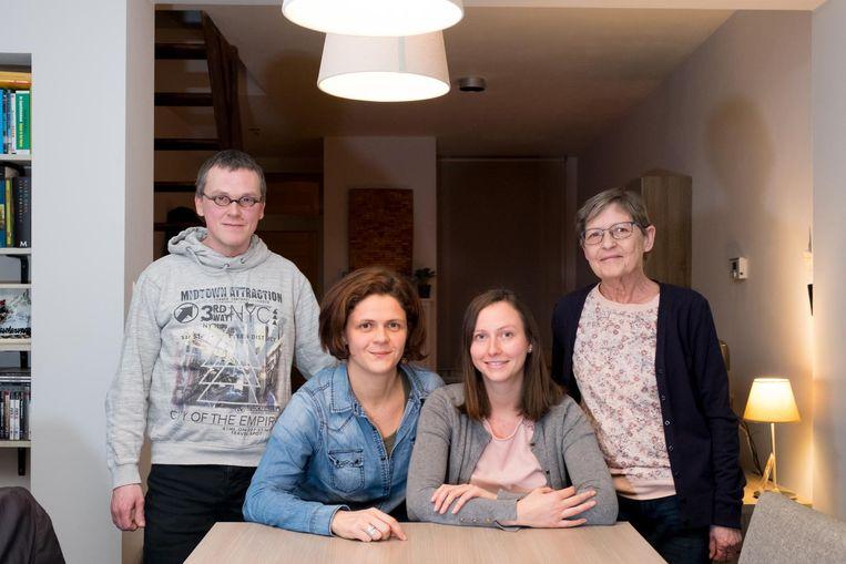 Slachtoffers Els Peeters en Elies Leemans (zittend) met hun buren José Van der Wildt en Steven Sanders.