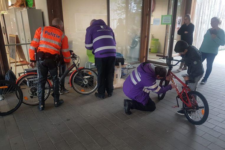 De politie en de gemeenschapswachten voerden woensdag en donderdag fietscontroles uit op scholen in Kruibeke en Temse.