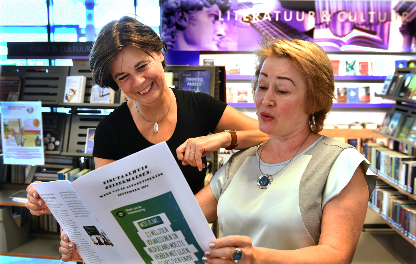 Welmoed Holman Ilinks) en  Olena Zhuravlova lezen uit de Taalkrant.