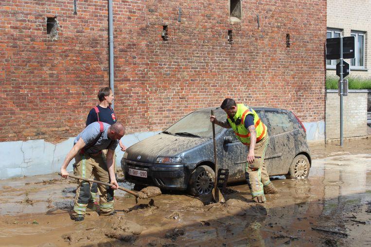 Auto's, kelders en huizen zaten onder een modderlaag