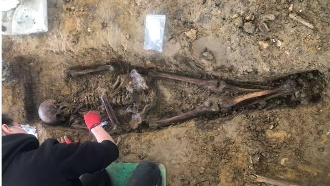 """Middeleeuwse skeletten opgegraven in centrum Wijtschate: """"We hadden verwacht sporen uit WO I aan te treffen, maar vonden er van 1.000 jaar oud"""""""