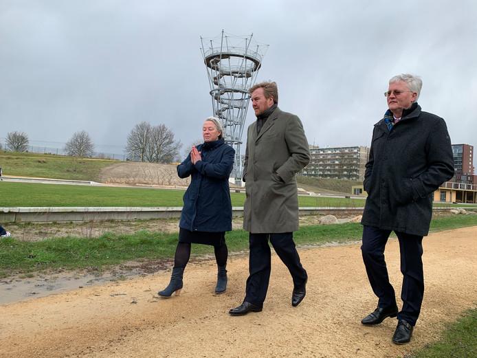 Kwartiermaker Lucy Bathgate geeft de koning en burgemeester Theo Weterings een rondleiding door het Spoorpark.