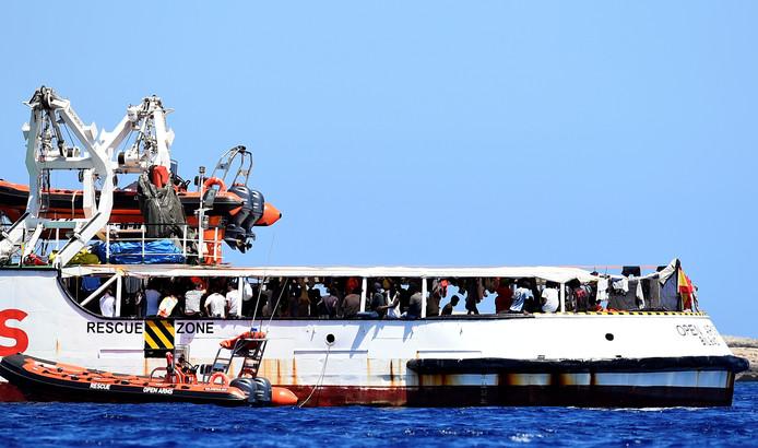 Les migrants entassés à bord du bateau de l'ONG