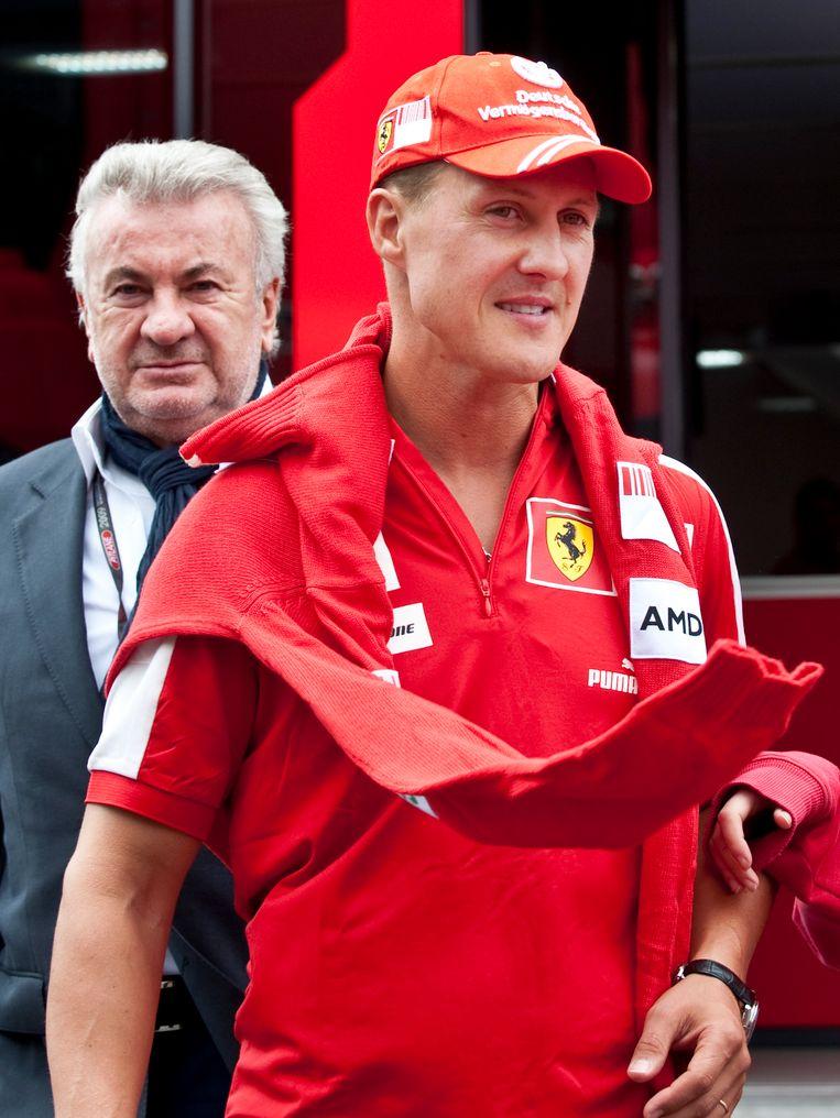 Michael Schumacher met achter zich Willi Weber.