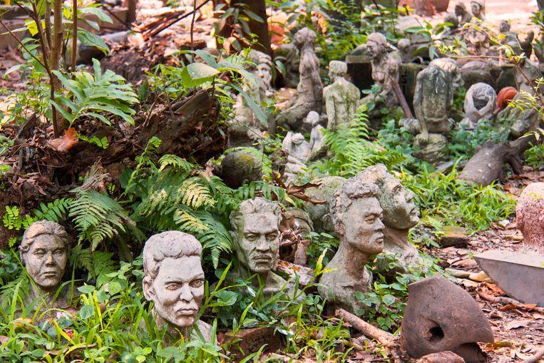 De tuin van de Faculteit der Schone Kunsten ligt bezaaid met door studenten gemaakte bustes.  Beeld Sander Groen