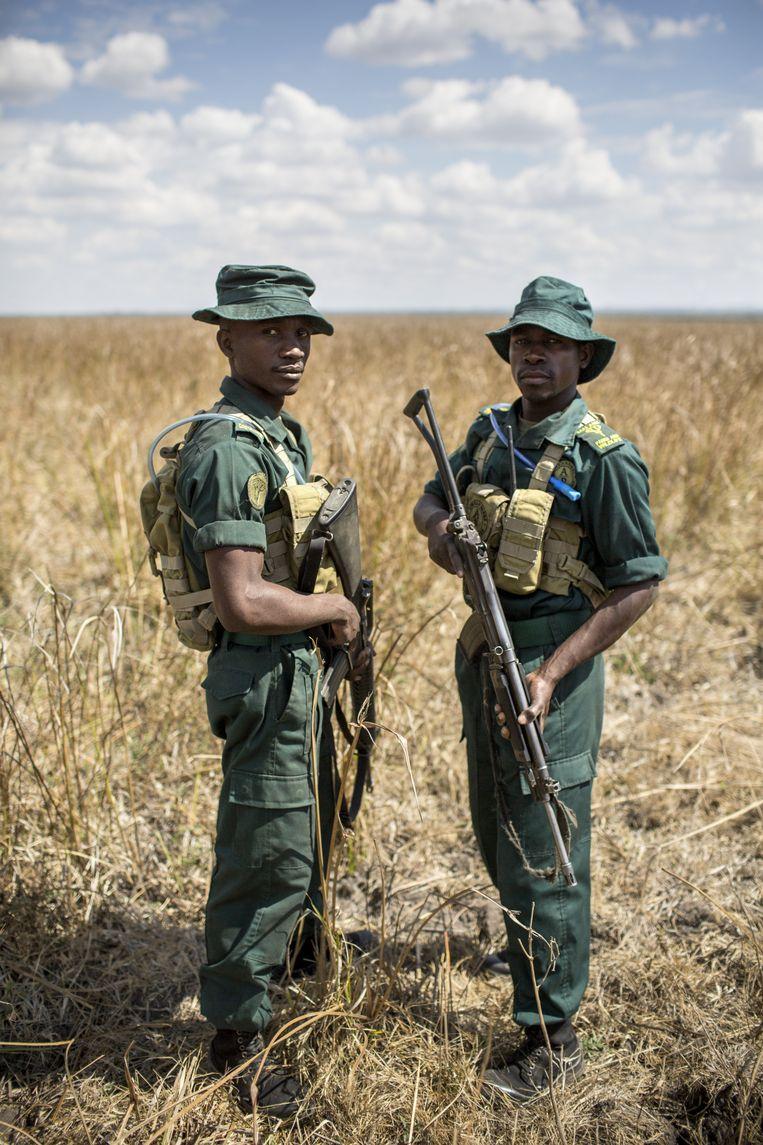Twee rangers van Liwonde National Park. Beeld Julius Schrank
