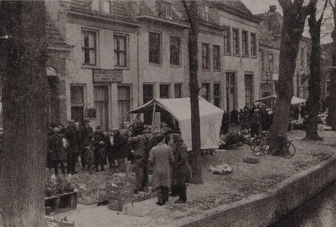 Op het Havik, een van de historische plekjes van Amersfoort, is de bloemenmarkt tijdelijk in oude luister teruggebracht. Deze foto stamt uit eind jaren 30.
