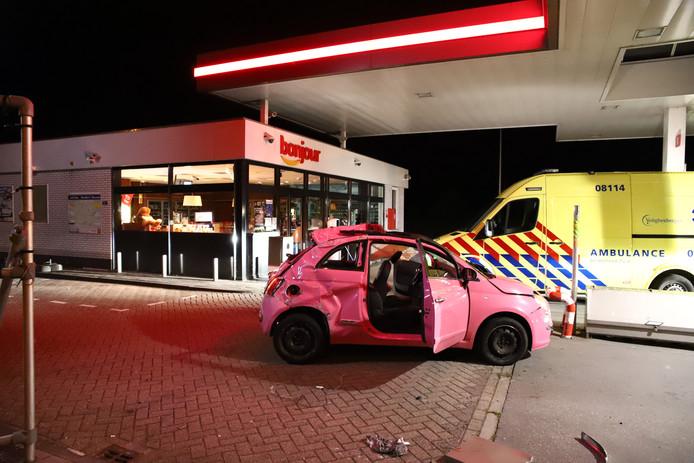 Nadat de auto op de Culemborgseweg in de berm was geraakt sloeg hij ,meermalen over de kop en kwam op het terrein van een tankstation tot stilstand.