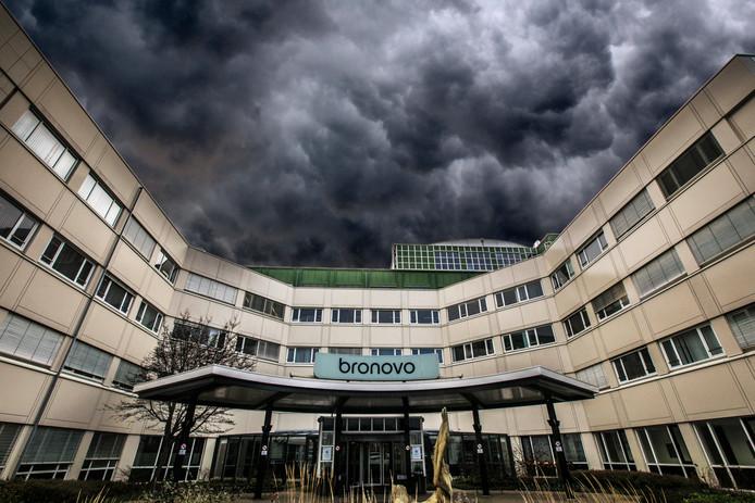 Donkere wolken boven het Bronovo ziekenhuis. (Den Haag 11-01-19) Foto:Frank Jansen Fotomontage Hans van Kralingen