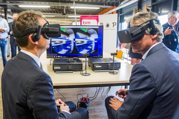 Minister Slob kwam vorig jaar de faciliteiten op de Deventer Technicampus nog bekijken. Door onder meer een VR-bril.