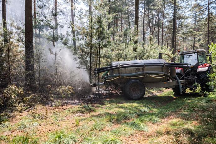 Loonbedrijf Pekkeriet hielp bij de bestrijding van een van de bosbrand.