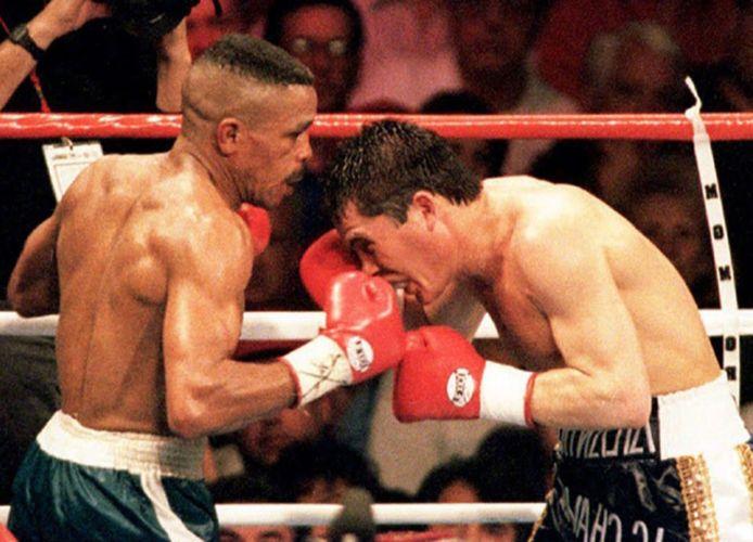 Frankie Randall (links) in gevecht met Julio Cesar Chavez