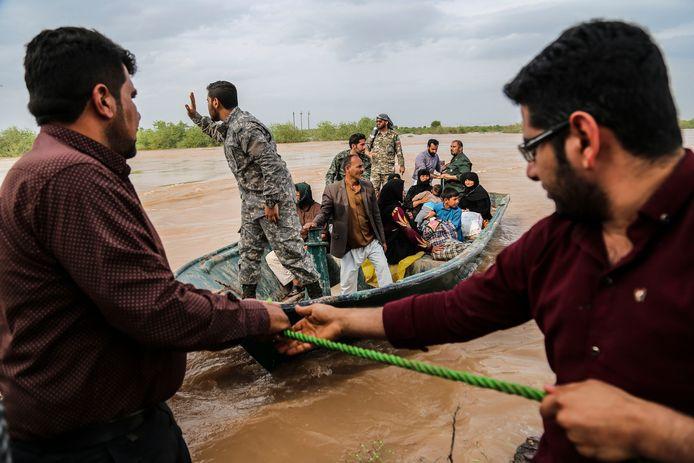 Een reddingsoperatie in de stad Ahvaz waar - zoals op veel plaatsen- de plaatselijke rivier buiten zijn oevers is getreden.